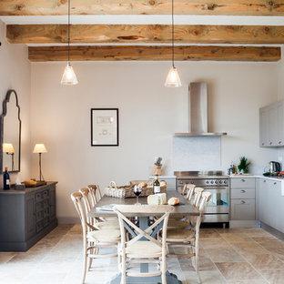 Inspiration pour une salle à manger ouverte sur le salon méditerranéenne de taille moyenne avec un mur blanc, aucune cheminée et un sol en carrelage de céramique.