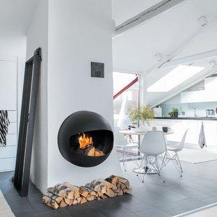 Modernes Esszimmer mit Hängekamin und Kaminumrandung aus Metall in Montpellier