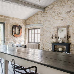 Imagen de comedor campestre, de tamaño medio, abierto, sin chimenea, con paredes beige