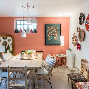 Diseño de comedor bohemio con paredes rojas, suelo de cemento y suelo gris