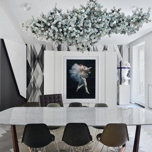 Exemple d'une grand salle à manger ouverte sur le salon tendance avec un mur blanc, un sol en bois clair et aucune cheminée.