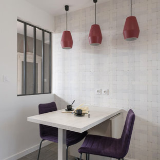 Idée de décoration pour une petit salle à manger design avec un mur blanc, un sol en carrelage de porcelaine et un sol gris.