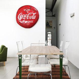Aménagement d'une grande salle à manger ouverte sur le salon industrielle avec un mur blanc et un sol en carrelage de céramique.