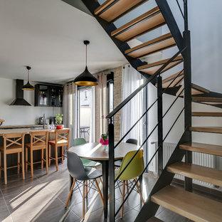 Inspiration pour une salle à manger ouverte sur le salon design avec un mur blanc.