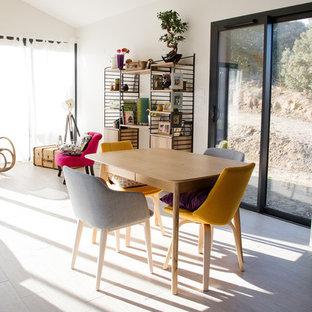 Cette photo montre une petit salle à manger ouverte sur le salon éclectique avec un mur blanc, un sol en carrelage de céramique, aucune cheminée et un sol beige.