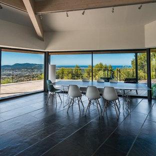 Idées déco pour une grande salle à manger ouverte sur le salon contemporaine avec un mur beige.