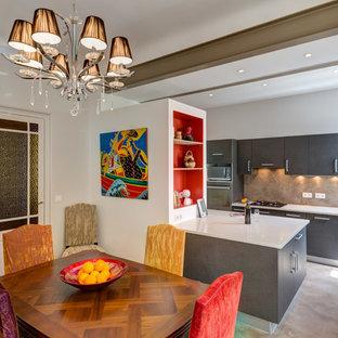 Inspiration pour une salle à manger ouverte sur la cuisine design de taille moyenne avec un mur blanc.