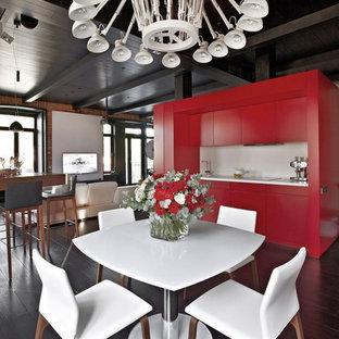 Aménagement d'une salle à manger ouverte sur le salon contemporaine de taille moyenne avec un sol en bois foncé et un mur blanc.