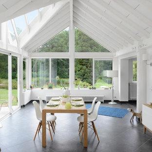 Réalisation d'une très grande salle à manger ouverte sur le salon design avec un mur blanc, un sol en carrelage de céramique et aucune cheminée.