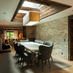 Cette image montre une salle à manger chalet avec un sol en bois clair.