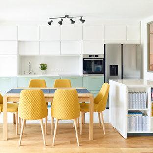 Idées déco pour une grand salle à manger ouverte sur la cuisine contemporaine avec un mur blanc, un sol marron et un sol en bois brun.