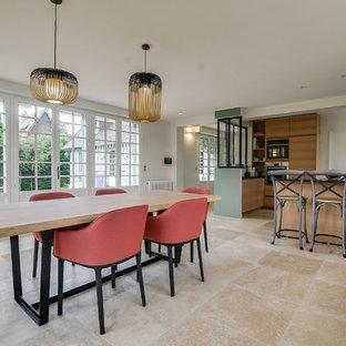 Ejemplo de comedor de cocina ecléctico, grande, sin chimenea, con paredes blancas, suelo de mármol y suelo beige
