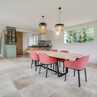 パリの大きいエクレクティックスタイルのおしゃれなダイニングキッチン (白い壁、大理石の床、暖炉なし、ベージュの床) の写真