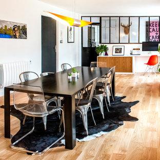 Idées déco pour une grande salle à manger ouverte sur le salon éclectique avec un mur blanc et un sol en bois brun.
