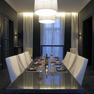 Aménagement d'une grand salle à manger rétro fermée avec un mur noir.