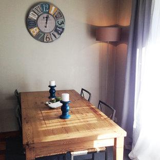 Foto di una sala da pranzo aperta verso il soggiorno tropicale di medie dimensioni con pareti beige, pavimento in vinile, nessun camino e pavimento grigio