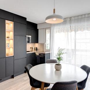 Cette photo montre une salle à manger ouverte sur la cuisine scandinave avec un sol en bois clair, aucune cheminée et un sol beige.