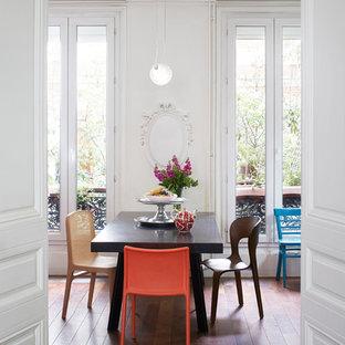 Idées déco pour une grande salle à manger ouverte sur le salon contemporaine avec un mur blanc, un sol en bois foncé et aucune cheminée.