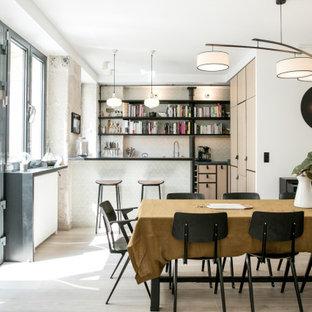 Inspiration pour une salle à manger nordique avec une banquette d'angle et un sol en bois clair.