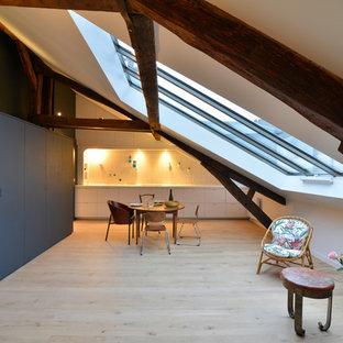 Idée de décoration pour une grand salle à manger ouverte sur le salon design avec un mur blanc, un sol en bois clair et aucune cheminée.