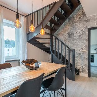 Cette image montre une salle à manger design de taille moyenne avec un mur blanc, un sol beige et du papier peint.