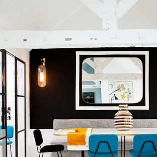 Idées déco pour une salle à manger scandinave avec un mur noir et un sol en bois peint.