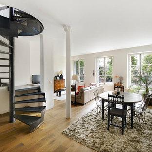 Idées déco pour une grande salle à manger ouverte sur le salon contemporaine avec un mur blanc, un sol en bois clair et aucune cheminée.
