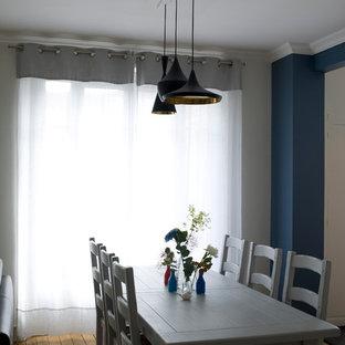 Exemple d'une petit salle à manger tendance avec un mur bleu.