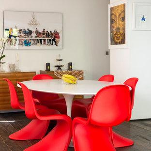 Imagen de comedor ecléctico, de tamaño medio, abierto, sin chimenea, con paredes blancas y suelo de madera en tonos medios