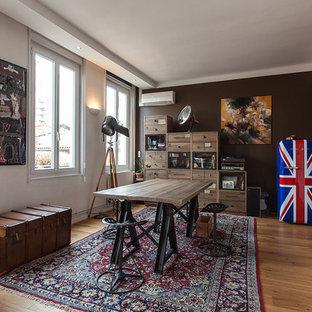 Réalisation d'une salle à manger ouverte sur la cuisine bohème de taille moyenne avec un mur marron, un sol en bois brun et aucune cheminée.