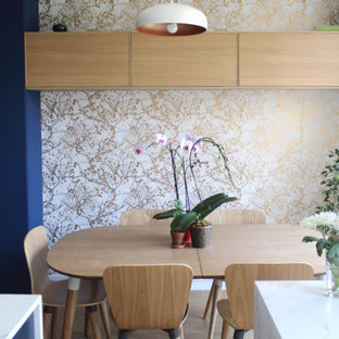 Свежая идея для дизайна: столовая в стиле современная классика с белыми стенами, светлым паркетным полом и обоями на стенах - отличное фото интерьера