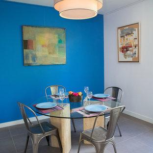 Inspiration pour une salle à manger design avec un mur bleu.