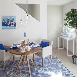 Réalisation d'une salle à manger marine avec un mur blanc et aucune cheminée.