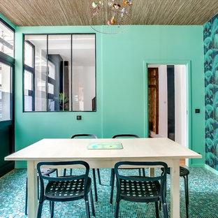 Idée de décoration pour une salle à manger ethnique fermée et de taille moyenne avec un mur vert et aucune cheminée.