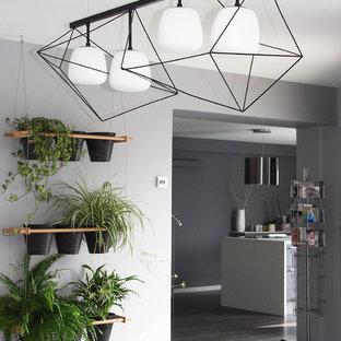 Immagine di una sala da pranzo minimal di medie dimensioni con pareti grigie