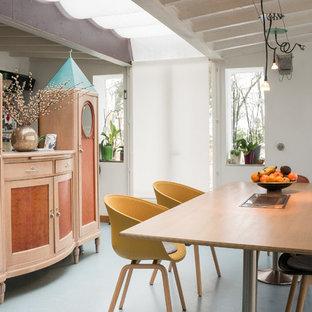 リヨンのエクレクティックスタイルのおしゃれなダイニング (リノリウムの床、両方向型暖炉) の写真