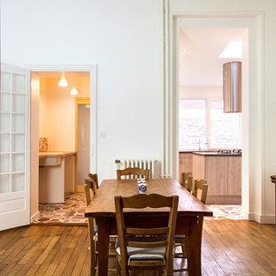 Exemple d'une salle à manger chic de taille moyenne avec un mur blanc et un sol en bois brun.