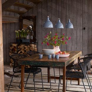Idées déco pour une grand salle à manger ouverte sur le salon campagne avec un mur marron et un sol en bois clair.