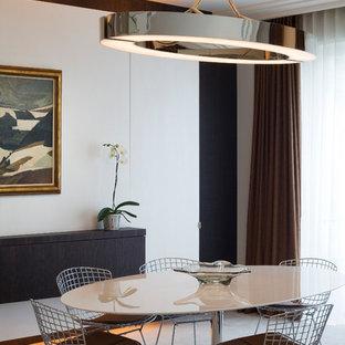Idées déco pour une grand salle à manger ouverte sur le salon contemporaine avec un mur blanc et moquette.