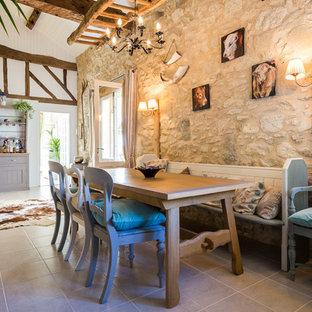 Cette photo montre une salle à manger nature avec un mur beige.
