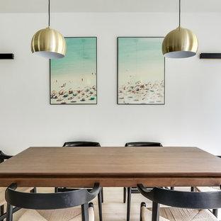 Cette photo montre une salle à manger scandinave fermée avec un mur blanc, un sol en bois clair et un sol beige.