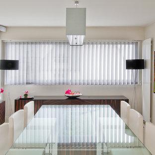 Exemple d'une grand salle à manger tendance fermée avec un mur blanc, un sol en carrelage de céramique et aucune cheminée.