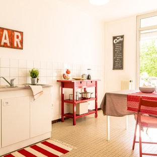 Aménagement d'une salle à manger ouverte sur la cuisine campagne de taille moyenne avec un mur blanc et aucune cheminée.