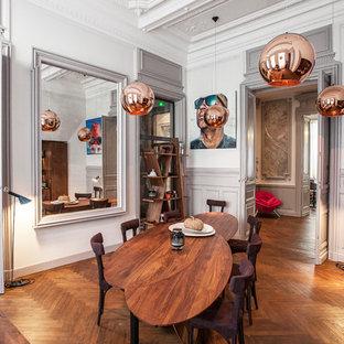 Exemple d'une grande salle à manger tendance fermée avec un mur blanc, un sol en bois brun et aucune cheminée.