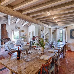 Inspiration pour une grand salle à manger méditerranéenne avec un sol en carreau de terre cuite.