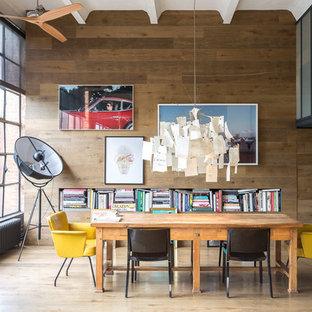 Exemple d'une salle à manger industrielle avec un mur marron, un sol en bois foncé et un sol marron.