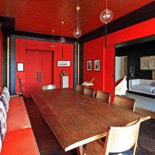 Idées déco pour une salle à manger asiatique avec un mur rouge et un sol en bois foncé.