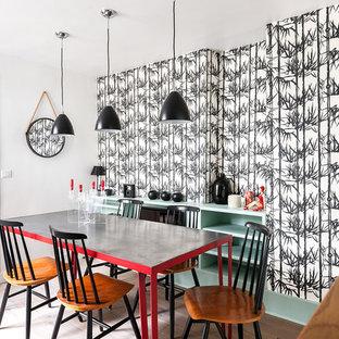 Idée de décoration pour une salle à manger design avec un mur multicolore et un sol en bois clair.