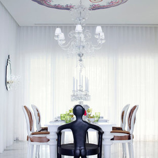 Idées déco pour une grand salle à manger ouverte sur le salon contemporaine avec aucune cheminée, un mur blanc et un sol en marbre.