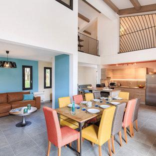 Idée de décoration pour une grande salle à manger ouverte sur le salon design avec un mur bleu, un sol en carrelage de céramique et aucune cheminée.